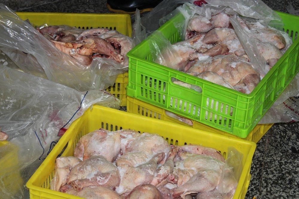 بیش از ۴۰۰کیلوگرم آلایش مرغ غیر بهداشتی در آبیک کشف شد
