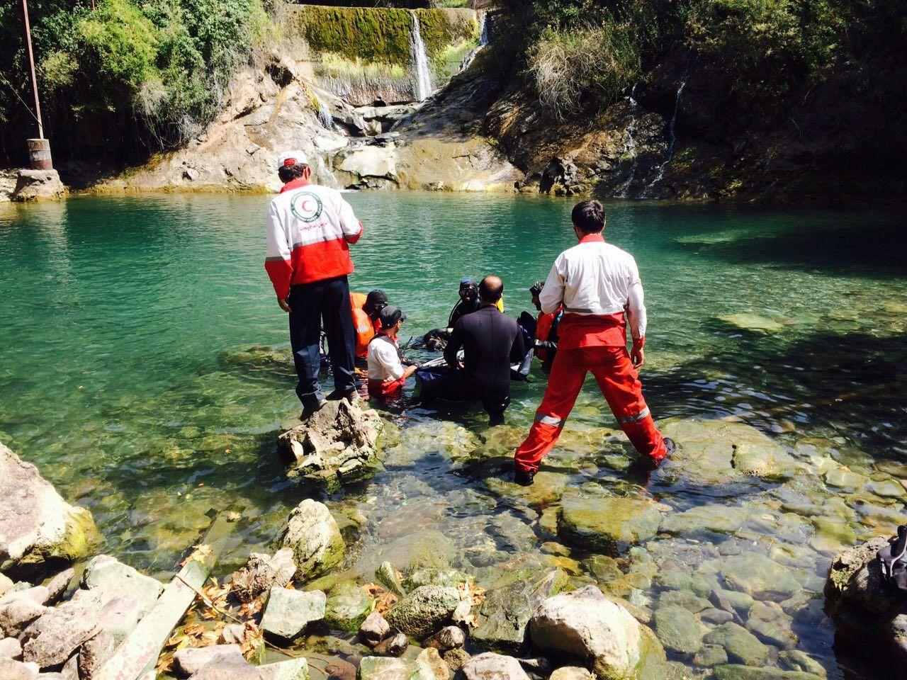تلاش جستجوگران امداد برای کشف جسد غریق سد زیاران